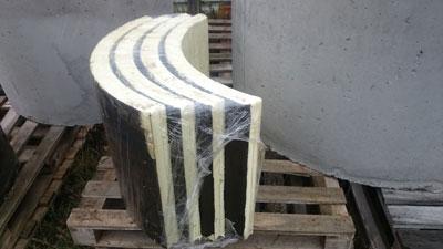 Четыре сегмента ППУ ТИС для теплоизоляции бетонного колодца