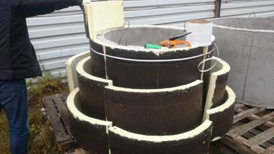 Комплект Теплоизоляции для утепления бетонных колодцев состоит их четырех сегментов плотно прилегающих к телу бетонного колодца  и имеющих торцевые замки благодаря которым исключается возникновение мостиков холода