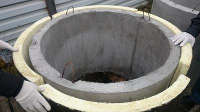 Комплект Теплоизоляции для утепления бетонных колодцев состоит из четырех - шестнадцати сегментов, плотно прилегающих к телу бетонного колодца  и имеющих торцевые замки, благодаря которым исключается возникновение мостиков холода
