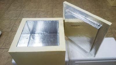 Фольгой покрыты только внутренние поверхности термоконтейнера , он Плотно закрывается крышкой