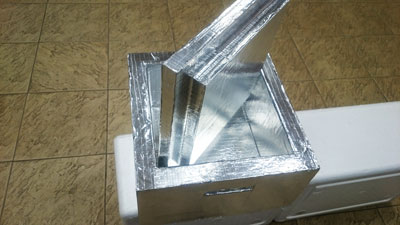 Фольгой покрыты все поверхности термоконтейнера , он Плотно закрывается крышкой, на крышке и днище Вармбокса соответственно предусмотрены технологические выступы и впадины для предотвращения скольжения термоконтейнеров при складировании их друг на друга