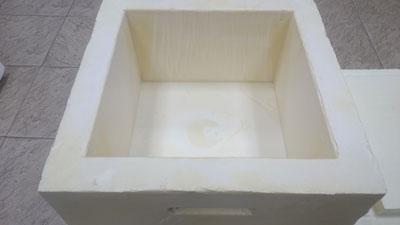 Плотно закрывается крышкой, на крышке и днище Вармбокса соответственно предусмотрены технологические выступы и впадины для предотвращения скольжения термоконтейнеров при складировании их друг на друга